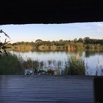 il lago abitato da ippopotami, coccodrilli ecc , visto dal pontile