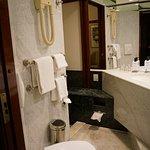 Handfat med stort utrymme för toalettsaker