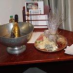 Ostbricka med champagne kan beställas till rummet.