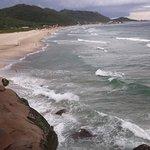 Vista da praia nas pedras