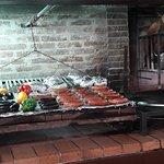Os legumes e as carnes da parilla ficam sobre um braseiro, onde o cliente pode observar.