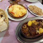 carne de cordeiro, arroz com massinha, e kafka de forno