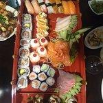 Sushis, sashimis e espetinho de carne com queijo! Maravilhoso!