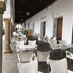 El soportal en donde se disponen las mesas y sillas del Café-bar La casineta.