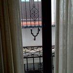 Соскдний балкон через дорогу.