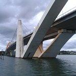 Foto de baixo da ponte