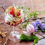 Мороженое Сказка с фруктами, взбитыми сливками и грецким орехом