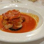 Una milhoja de bacalao, salada y bañada en una salsa aceitosa. No pude comermela