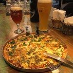 Cervejas Weiss e Vienna Lager. Pizza de pesto e marguerita... hummm.