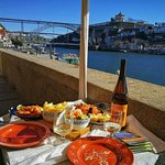Maravilhoso bacalhau, camarão e vinho do Porto com uma incrível vista da Ponte Luís I e o rio Do
