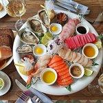 Raw-плато - креветка, тунец, сибас, гребешок, лосось, устрицы и морские ежи.