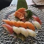 Nigiri di salmone, branzino e maguro, con sashimi di salmone