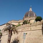 Le mura esterne del Santuario della Santa Casa.di Loreto