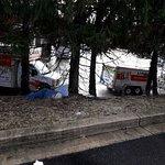 bolsas con basura en el estacionamiento, los turistas o el vecino seran sucios, mas sucio es el