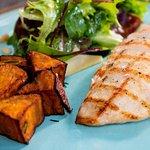 Combinado de frango com batata doce rustica e salada