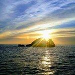 Salida del sol por detrás del faralló de Cala Gat