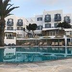 Superbe hôtel Poseidon! Très bon accueil des l'aéroport! Lit king size incroyable et petit déjeu