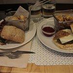 à gauche, le burger vegan et à droite, le végétarien. Mention spéciale aussi pour les frites !