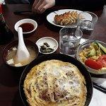 Katsudon set (petits légumes, salade, soupe miso et Porc pané +omelette et riz)