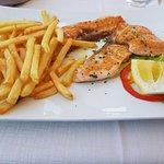 26.4.2018 - Salmone alla griglia con patatine fritte.