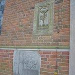 An der Kirchenwand.