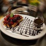 Waffle Belga com Mirtilo, Amora, Morando, Framboesa e calda de chocolate