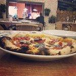 Pizza saborosa e um ambiente aconchegante