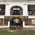 Вход в кофейню из арки Гостиного двора.