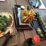 Dragon roll (sushi) , Friet met mosterdmayonaise en de Flinterdunne mini pizza