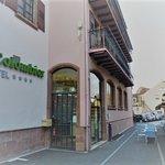 """la crêperie à droite de la photo en face de l'entrée de l'hôtel """"Le Colombier""""."""