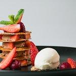 Schokoladen Mille-Feuille mit Erdbeeren, Sauerrahmeis und Schoko-Crumble
