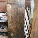 Porta antica del '600 dopo il restauro materico arreda interno moderno di tendenza minimalista