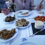 Entradas - cogumelos salteados (muito bom), torresmos (muito bom), coelho, queijo (ótimo), salad