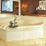 Honeymoon Cottage Spa Bath
