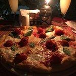 Pizza con albahaca y tomates cherry