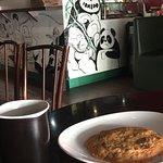 Café duplo com cookie.