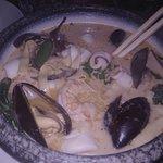 Platos abundantes (se pueden compartir). Deliciosa sopa de coco y marisco