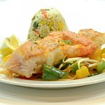 Fisch auf Gemüse und Reis