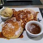 Pancakes ze słonym karmelem, preclami i lodami waniliowymi z sezamem
