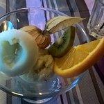 coupe de glaces 2 boules avec des fruits frais