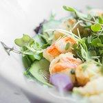 Ensalada de Alga wakame, pepino, langostinos y brotes