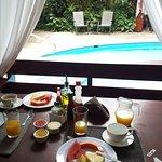 Desayuno en frente de la piscina