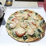 Pfannkuchen mit Garnelen, Spinat, Tomaten und Käse überbacken