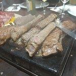 pedra com carne a grelhar