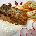 Salmone affumicato in casa, crema acida e verdure marinate
