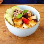 Oatmeal with seasonal fruit (breakfast)