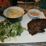 La bavette et sa sauce au poivre maison, purée maison et salade (plat du jour)