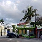 Monument, bar et maison victorienne sur Malecon