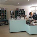 Visita nuestra librería y tienda de regalos