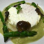 Uovo in camicia, asparagi, purea di patate e tartufo nero